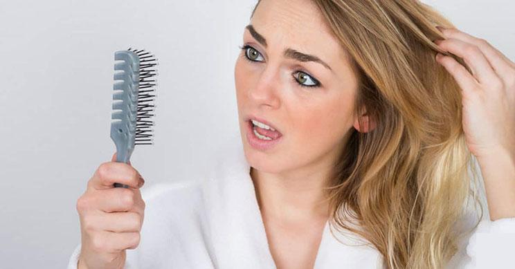 کمبود زینک می تواند یکی از دلایل ریزش مو در افراد باشد.